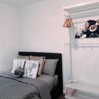 1 Private Double Room In Carramar 1-minute to Station - ROOM ONLY, hotel em Villawood