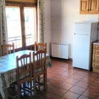 Apartment with one bedroom in Guadalaviar with wonderful mountain view enclosed garden and WiFi 8 km from the slopes, hotel in Guadalaviar