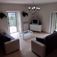 Stunning 2 Bedroom Entire Apartment overlooking Picinisco, Large Terrace, Balcony, Parking, Sleeps max 8 people, hotel in Picinisco