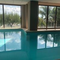 Discover Barcelona,House with indoor heated pool, viešbutis mieste Sant Just Desvern