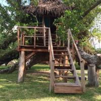 PEY Serenity Treehouses, hotel in Port Olry