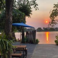Ruen Thai Ban Rim Nam, hotel in Kamphaeng Phet