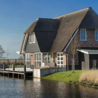 Beautiful, thatched villa with a sauna at the Tjeukemeer, hotel in Delfstrahuizen
