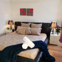 GIRLS ONLY. Large bedroom with KING bed, close to everything, hotel em Braybrook