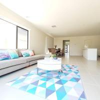 公园别墅Waterfront Garden Retreat Family House 2mins to TownCentre Williams Landing Melbourne, hotel em Laverton