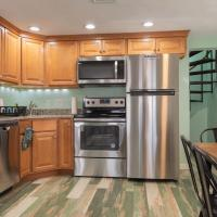 BEST BOSTON ENTIRE 2 BEDROOM HOME STEPS to BEACH MINUTES to BOSTON, LOGAN AIRPORT, and All ATTRACTIONS!!!, hotel in Revere