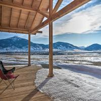 Paradise Valley Retreat with Stunning Views!, hótel í Livingston