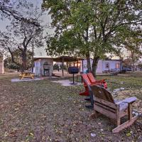 Restored Hill Country Cottage with Updated Yard!, hotel in Medina