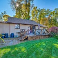 Bolton Landing Cottage with Deck - Walk to the Beach!, hotel en Bolton Landing