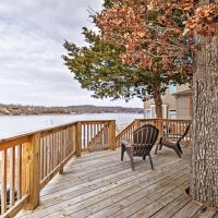 Cozy Camdenton Cottage with Deck and Boat Dock Access!, hotel in Camdenton