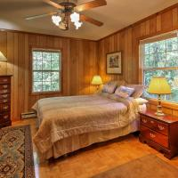 Lakefront Mountain Rest Cottage with Gas Fireplace!, hotel in Walhalla
