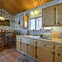 Cabin with Mtn Views and Deck, 5 Min To Arrowbear Lake!, hotel in Arrowbear Lake