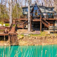 Innsbrook Chalet with Lakeside Deck, Fire Pit and Boat!, hotel in Innsbrook