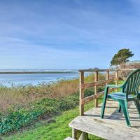 Smith River Vintage Cabin w/Oceanfront Deck+Views!, hotel in Smith River