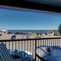 Lincolnville Studio with Ocean-view Balcony!, хотел в Линкълнвил