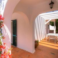 Villa in Carvoeiro with 2 bedrooms and private pool - short walk to local restaurant, hotel em Estômbar