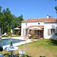 Stunning villa with private swimming pool and large garden, hotel sa Montaigu-de-Quercy