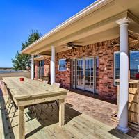 Updated Lakefront Corsicana Home with New Deck!, hotel in Corsicana