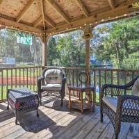 Bright and Fun Canalfront Bungalow with Kayaks and Canoe, hotel in Weeki Wachee