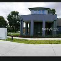 Decent new master room with private bathroom for one or two, hotel em Narre Warren