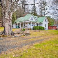'Lil Red Hen' Cottage in the Boone Area with Hot Tub, hotel in West Jefferson