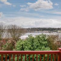 Hosteeva Lake Union Apt w Private Balcony. Walking Distance to Hot Spots