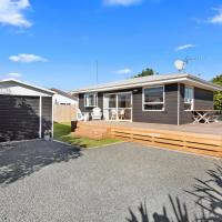 The Black Bach - Mt Maunganui Holiday Home, hotel in Mount Maunganui
