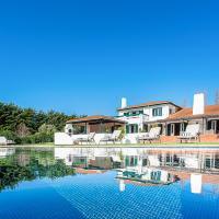 Praia das Macas Villa Sleeps 14 with Pool, hotel Adraga városában