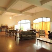 Hostel Amarillo - A las afueras del pueblo - Río a 10 minutos - Ex hotel abandonado, hotel en Santa Rosa de Calamuchita