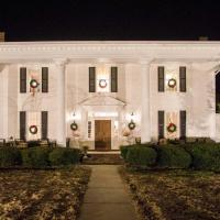 Historic Cedar Hill Mansion with Pool and Patio on Farm, hotel in Pleasant View