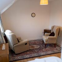 Spacious 3 bedrooms house with a pleasant garden, hotel in Reading