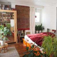 Very large private room with own bathroom, in Montmartre apartment