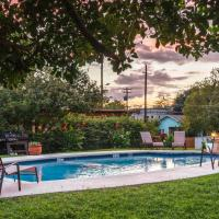 Modern Austin Condo with Pool Less Than 5 Mi to Downtown!, hotel in Austin