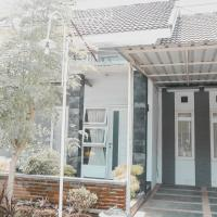 Villa Bougenville - 2 Bedrooms, hotel near Abdul Rachman Saleh Airport - MLG, Malang