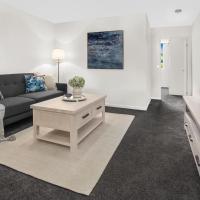 Stylish Split Level Apartment 13 Minutes From City