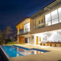 Luxury Villa Stunning Views, Pool & AC Full Service - Sleeps 10
