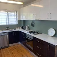 2 Bed Bar Beach Apartment - stroll to beach & cafes, supermarket apartment 6, hotel in Newcastle