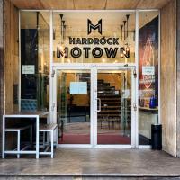"Hardrock Motown Dom Hostel </h2 </a <div class=sr-card__item sr-card__item--badges <div class=sr-card__item__review-score style=padding: 8px 0  <div class=bui-review-score c-score bui-review-score--inline bui-review-score--smaller <div class=bui-review-score__badge aria-label=Bewertet mit 6,3 6,3 </div <div class=bui-review-score__content <div class=bui-review-score__title Ansprechend </div <div class=bui-review-score__text 538 Bewertungen </div </div </div   </div </div <span data-et-view=NAFLeOeJOMOQeOESJMWSFEDacWXT:1 </span <div class=sr-card__item   data-ga-track=click data-ga-category=SR Card Click data-ga-action=Hotel location data-ga-label=book_window: 10 day(s)  <svg aria-hidden=true class=bk-icon -streamline-geo_pin sr_svg__card_icon focusable=false height=12 role=presentation width=12<use xlink:href=#icon-streamline-geo_pin</use</svg <div class= sr-card__item__content   3,4 km von Ihnen entfernt </div </div <span data-et-view=OLWQREDRETJUTGCdNJBcSTKe:1 OLWQREDRETJUTGCdNJBcSTKe:3</span </div <div data-component=deals-container data-deals=[{""b_raw_value_user_currency"":0,""b_copy"":""Bonusrabatt"",""b_copy_alt"":""Sie erhalten einen niedrigeren Preis, weil diese Unterkunft einen Rabatt bietet."",""b_value_user_currency"":""TL\u00a00"",""b_raw_value_user_currency_rounded"":0.0,""b_type"":""Portfolio Deals"",""b_value_user_currency_rounded"":""TL\u00a00""},{""b_raw_value_user_currency"":29.9247793912533,""b_copy"":""Preis nur f\u00fcr Mobilger\u00e4tnutzer"",""b_copy_alt"":""Sie erhalten einen niedrigeren Preis, weil Sie unsere mobile Webseite benutzen."",""b_value_user_currency"":""TL\u00a029,92"",""b_raw_value_user_currency_rounded"":30.0,""b_type"":""Targeted Rates"",""b_value_user_currency_rounded"":""TL\u00a030""}] data-deals-other=[{""b_copy_alt"":""Diese Unterkunft bietet f\u00fcr einige Zimmer Rabatte an. Diese niedrigeren Preise k\u00f6nnen Sie nur sehen, wenn Sie mit dem Smartphone \u00fcber unsere mobile Website oder \u00fcber Apps suchen."",""b_icon"":null,""b_variant"":""callout"",""b_copy"":""Preis nur f\"