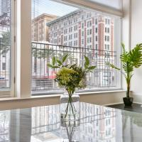 1 and 2 BR Luxury Condos Steps Away From French Quarter, hotel in Downtown New Orleans, New Orleans