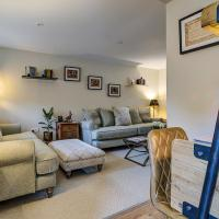 Luxury Old Sorting Office in Cotswold town centre, hotel in Fairford