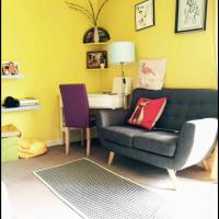 Private and Cosy One Bed Flat with Yellow Wall and Big Window, Fully Equipped Kitchen and Off Street Car Park