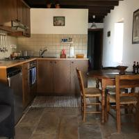 ANOI 1-bedroom country House, hotel in Episkopi Pafou