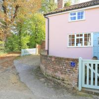 Lovely holiday home in Shottisham with Garden