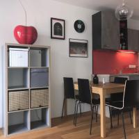 Red Flower Apartment with Pool - 5 min to Lake