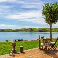 Point of Difference - Waterfront Raglan Holiday Home, hotel in Raglan