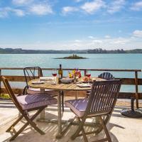 Stunning Oceanfront Beach House - Raglan Holiday Home, hotel in Raglan
