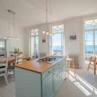 The Wellington: Two bedroom apartment with balcony and sea views