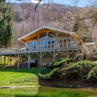 Smoky Mountain Escape with Hot Tub and Game Room!, hotel in Waynesville