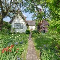 Authentic holiday home in Denston with garden, hotel in Denston