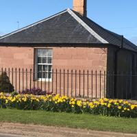 The West Lodge -dog friendly, cosy, Scottish Borders cottage, hotel in Berwick-Upon-Tweed